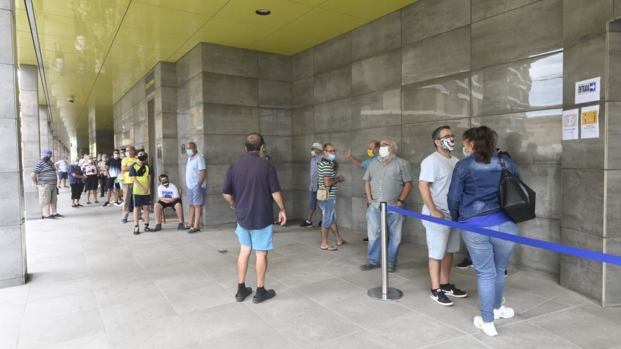 'Locura grogueta'  en el primer día de renovación de abonos del Villarreal