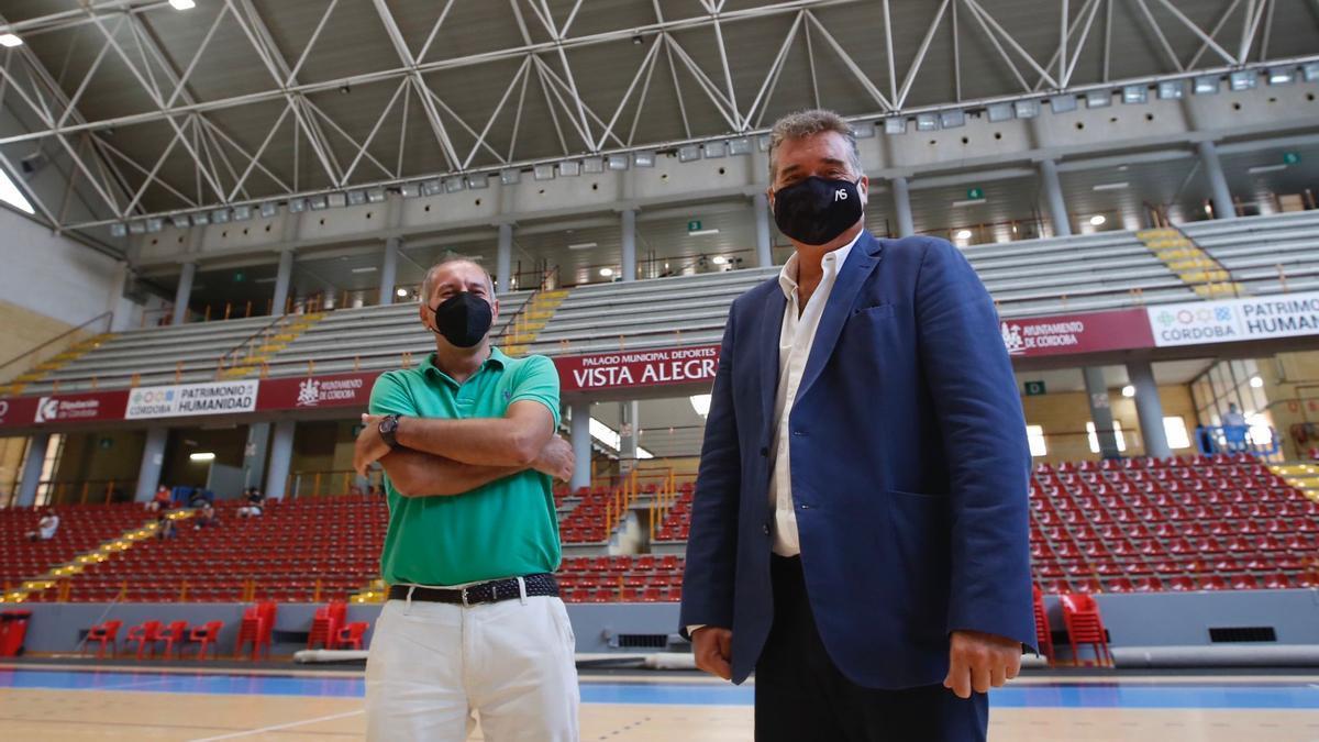 El presidente del Imdeco, Manuel Torrejimeno (d), y el técnico Jorge Lorenzo, antes de la rueda de prensa.