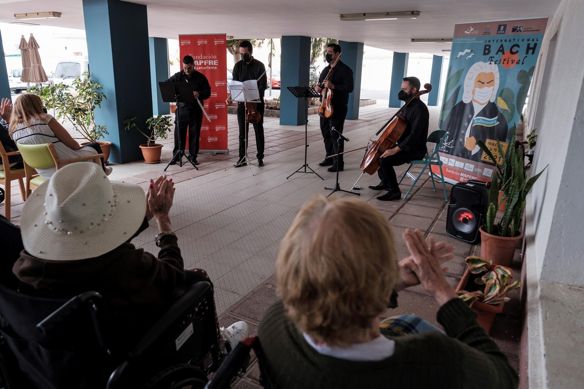 Los mayores de Taliarte asisten a un concierto privado tras la pandemia