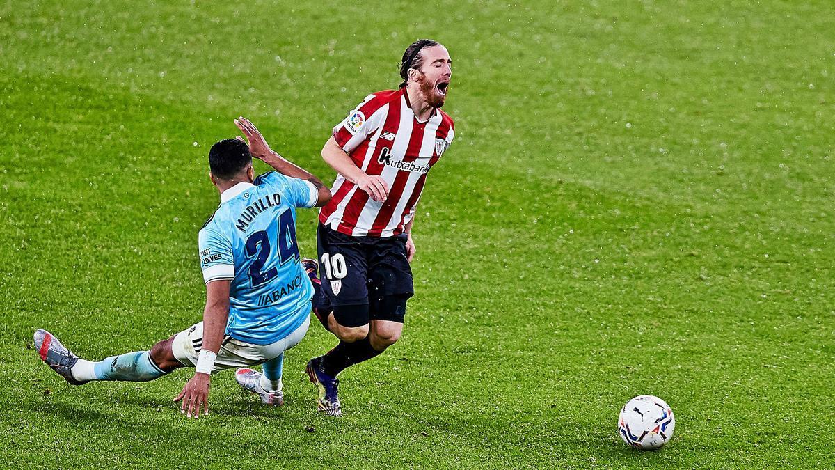 Murillo comete sobre Muniain la falta que le supuso una tarjeta amarilla. |  // EUROPA PRESS