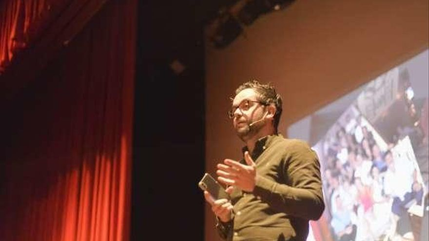 Alfonso Casado explica su trabajo en el West End