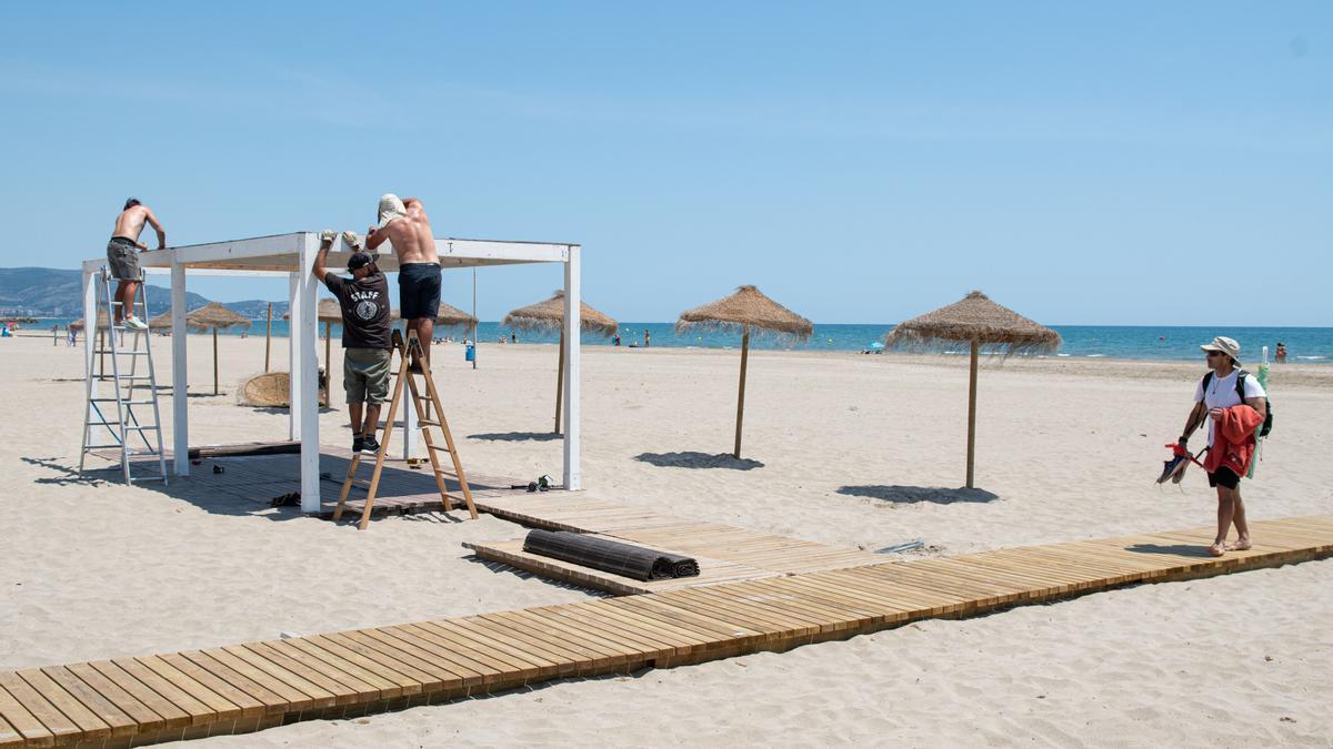 Imagen de archivo de instalación de los chiringuitos, este mes, en las playas de Castelló.