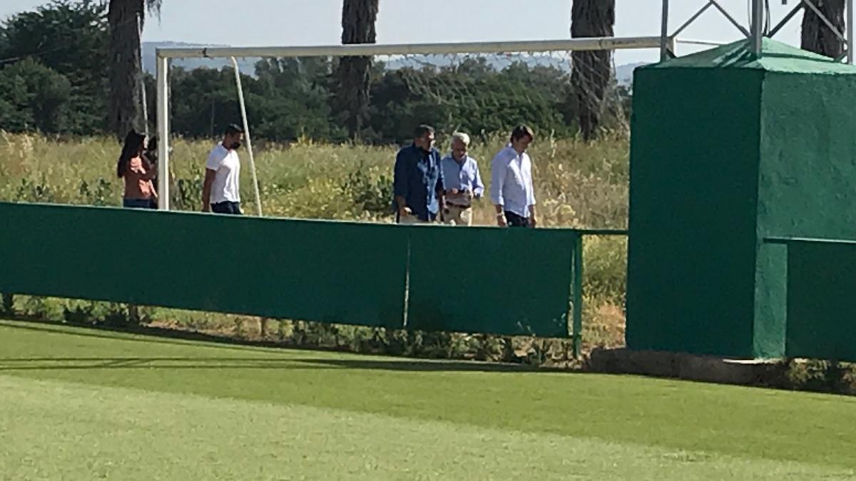 Valenzuela y los dirigentes del Córdoba CF se marchan de la Ciudad Deportiva, esta mañana.