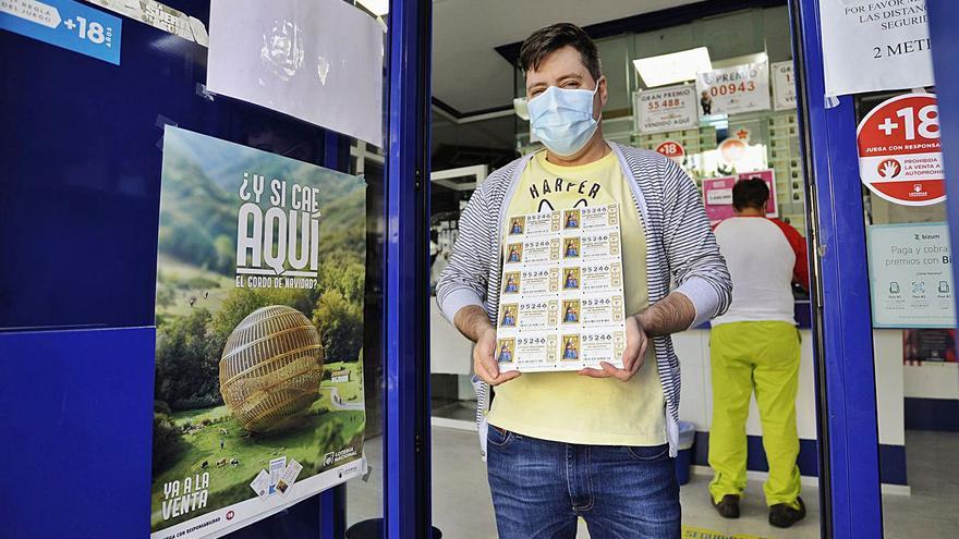 Turistas y peregrinos animan la venta de décimos del Gordo