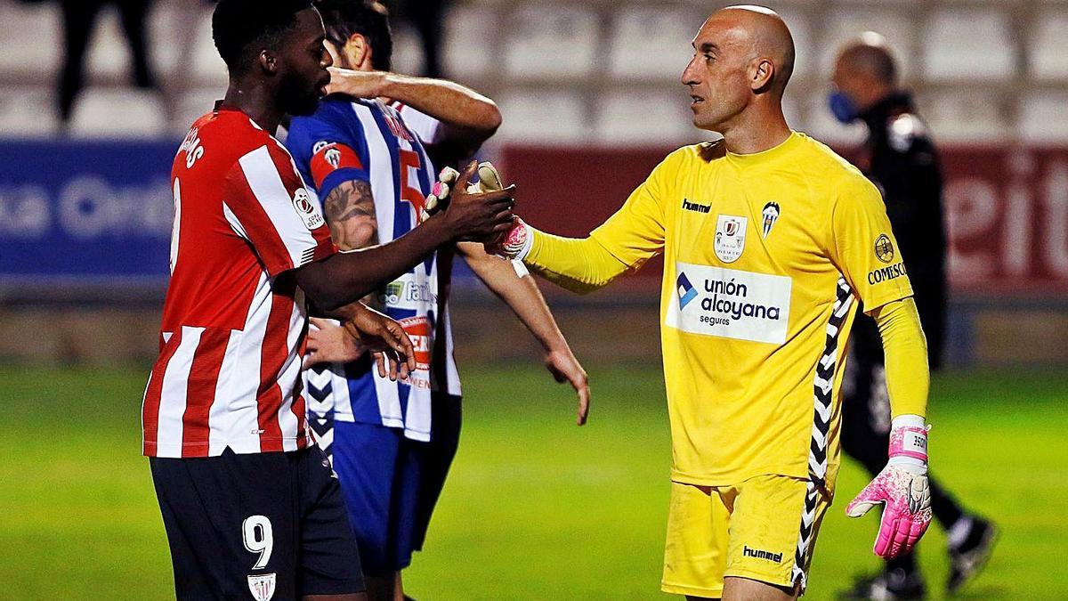 José Juan felicita a Williams, autor del segundo gol del Athletic. |  // EFE
