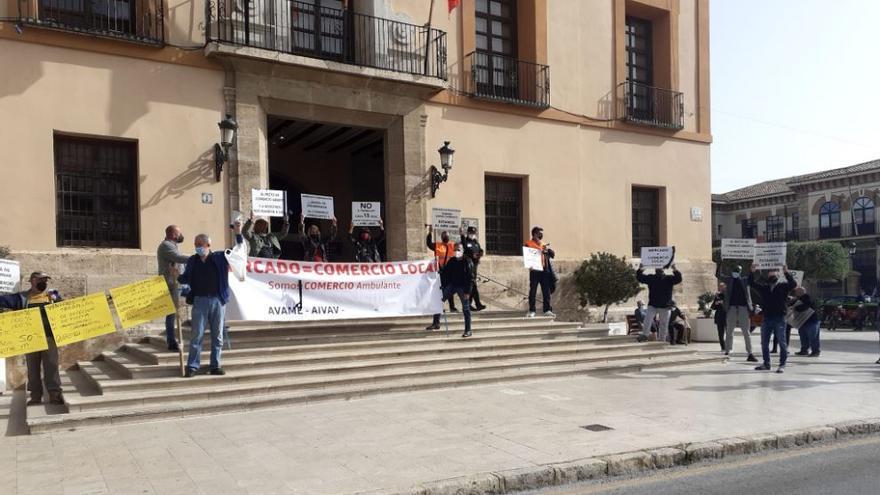 Protesta de los vendedores del mercadillo de Paterna ante el ayuntamiento