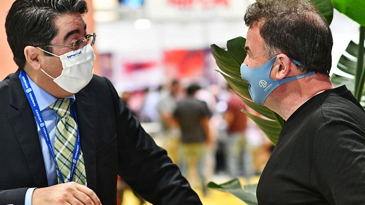 Pedro Martín (i) conversa con el prestigioso chef vasco Martín Berasategui, en la Madrid Fusión 2021.