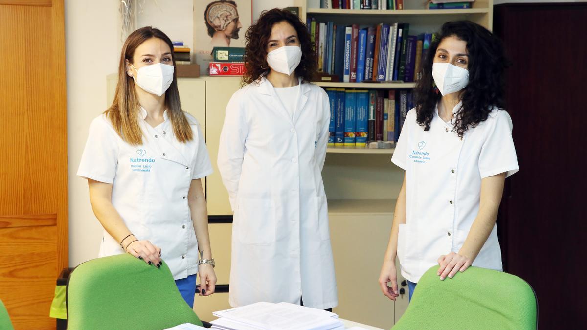 La Doctora Bertina Ferrández, directora de Nutrendo, acompañada de Raquel Lucio, nutricionista y experta en obesidad; y Carolina de Lucas, nutricionista y máster en Nutrición Deportiva.