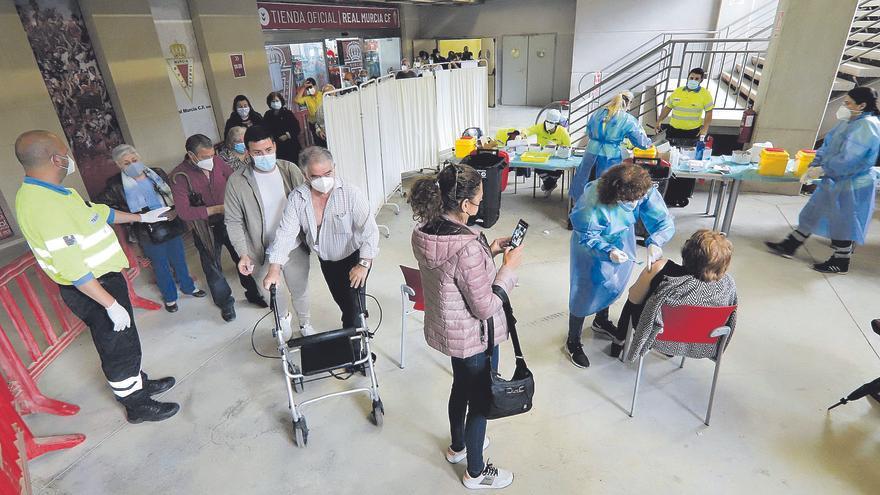 La Región vacunará con la tercera dosis a mayores de 70 años a finales de este mes