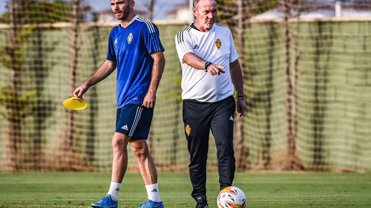 Puche, junto a Juan Ignacio Martínez en un entrenamiento del Real Zaragoza en San Pedro del Pinatar.