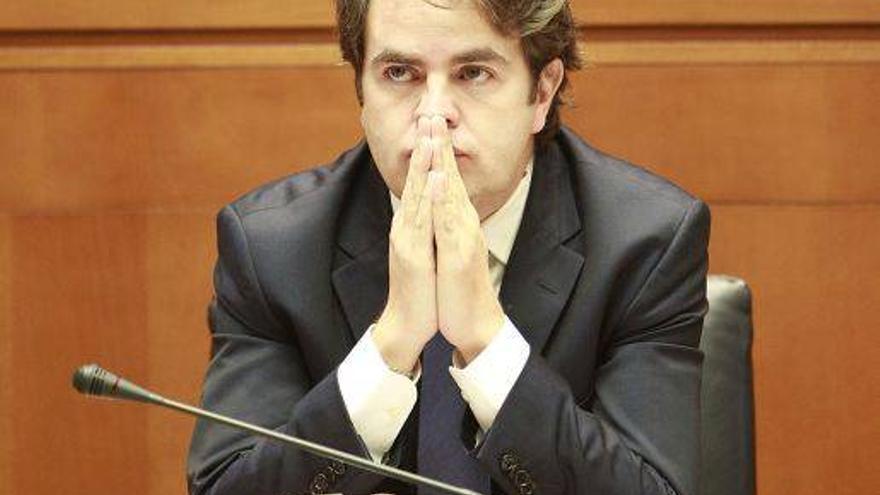 Bermúdez de Castro promete no firmar contratos confidenciales