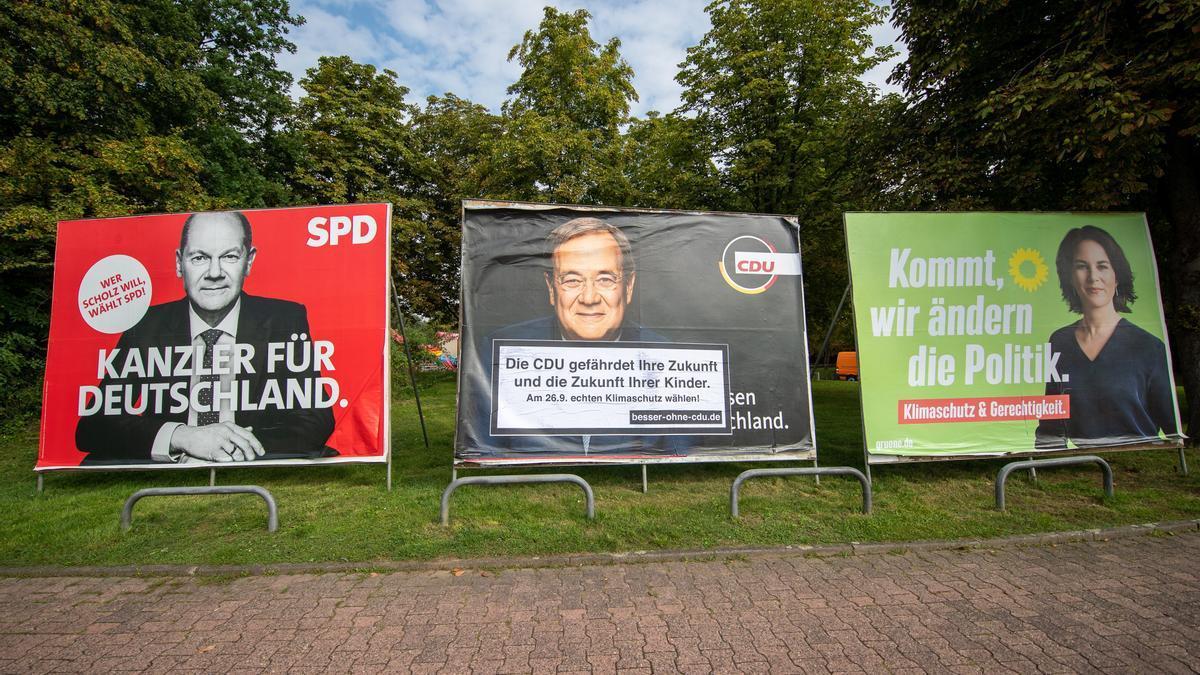 Carteles electorales de Baerbock, Laschet y Scholz.