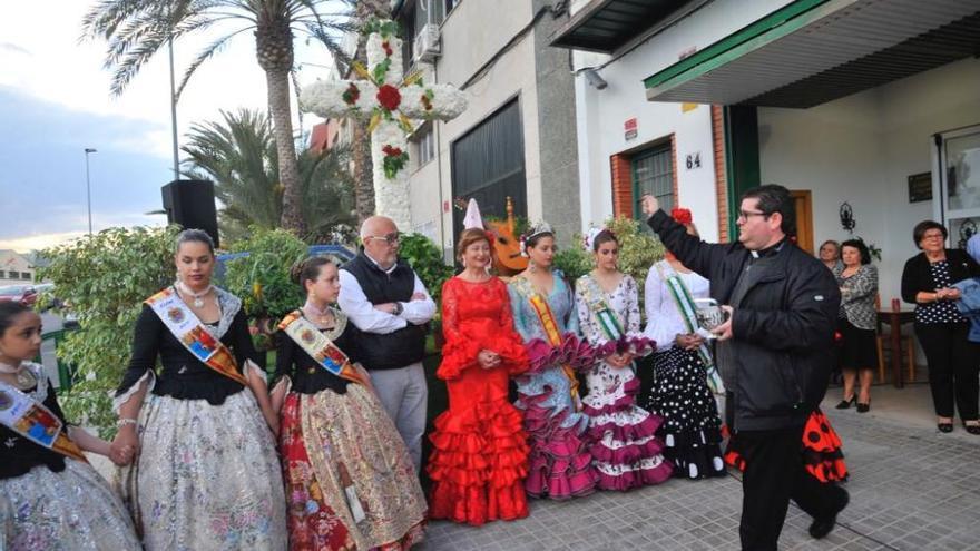 La Casa de Andalucía muestra sus raíces más puras con la bendición de la Cruz de Mayo