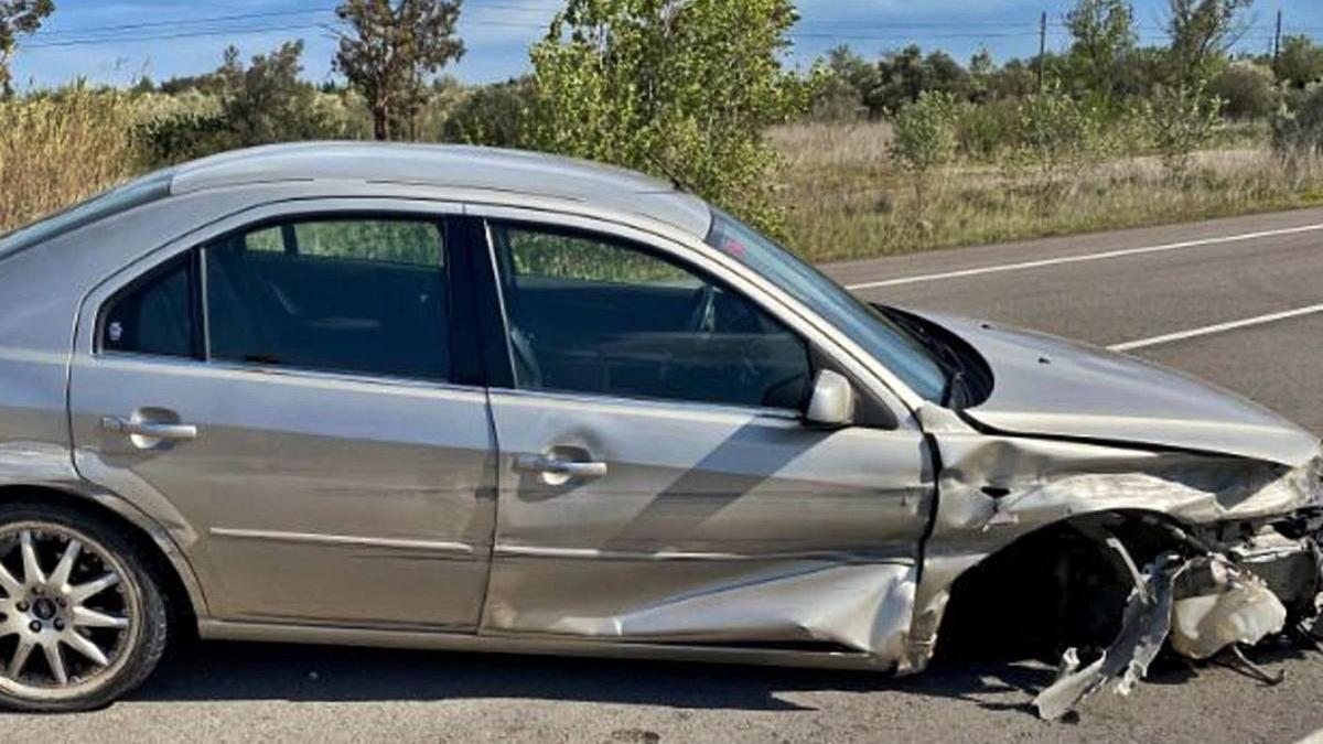 El vehicle accidentat a Pont de Molins, el conductor del qual anava molt begut al volant.