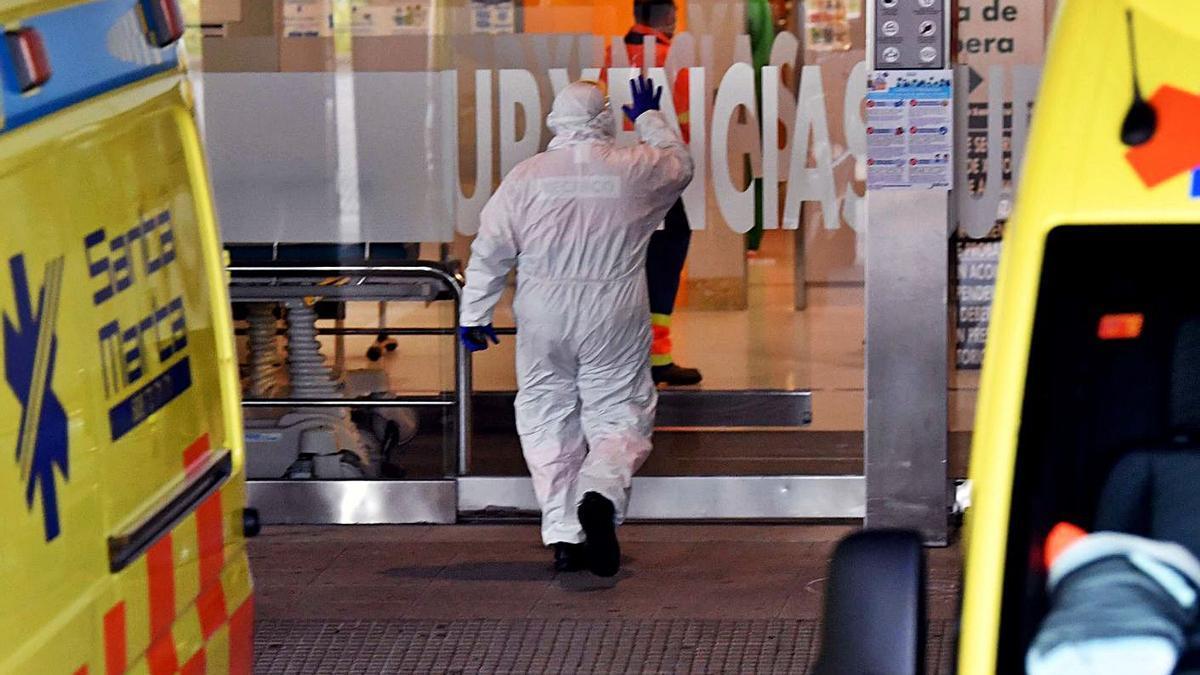 Un sanitario entra con el EPI en las Urgencias del Hospital de A Coruña. |   // VÍCTOR ECHAVE