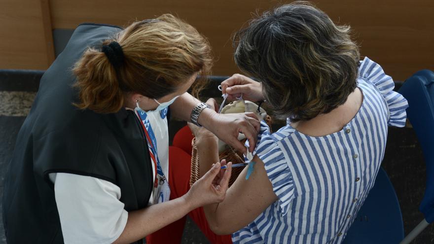 Casi la tercera parte de la población gallega está inmunizada con la pauta completa contra el COVID