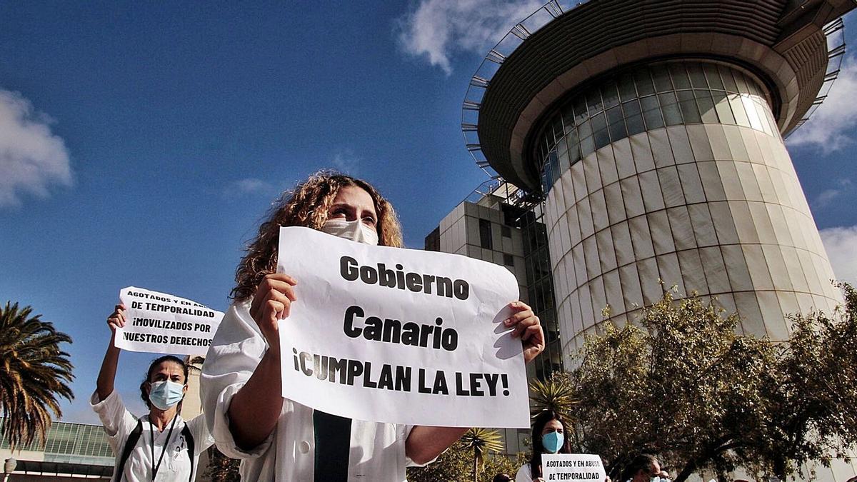 Médicos temporales se manifiestan en el exterior del Hospital Universitario de Canarias por considerar que las oposiciones eran ilegales. | | MARÍA PISACA