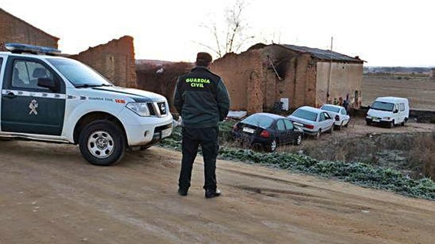 Un agente de la Guardia Civil, durante un servicio de vigilancia en un municipio de la zona.