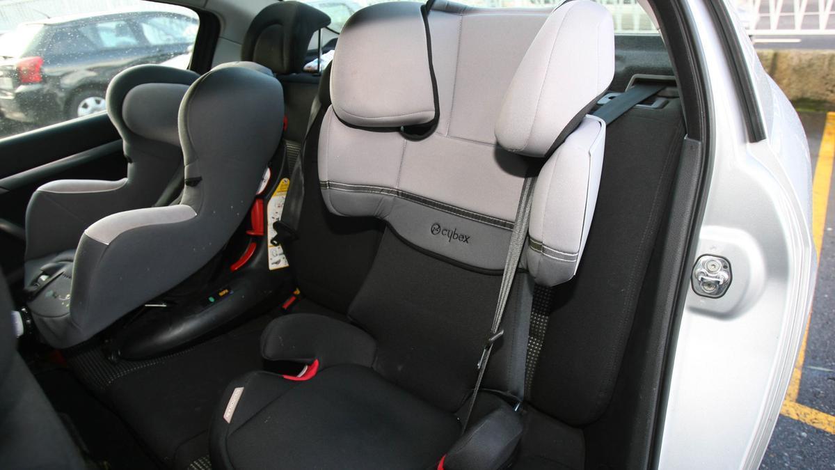 Sillas para niños en el interior de un coche.