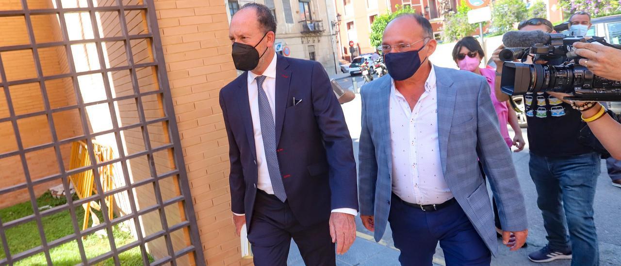 El alcalde de Orihuela Emilio Bascuñana y el edil Rafael Almagro, entrando a los juzgados el miércoles.