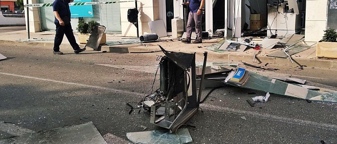 Los asaltantes provocaron graves daños en la explosión del cajero dels Poblets.
