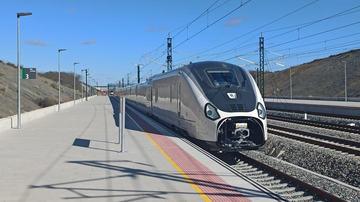 El tren, a su paso por la estación del AVE en Otero de Sanabria