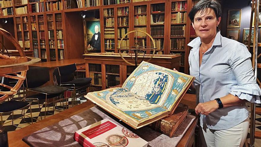 Inés Padrosa explora la col·lecció cartogràfica del Castell de Peralada