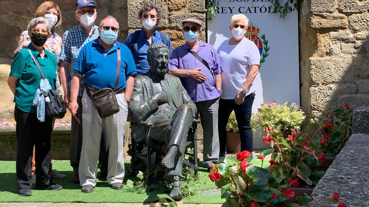 La estatua de Berlanga se adornó floralmente con motivo de su centenario.
