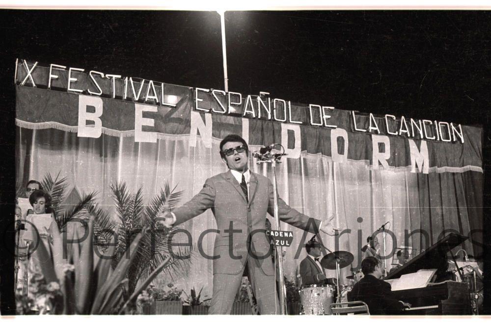 MICHEL (CANTANTE DE PEGO) DURANTE SU ACTUACIÓN EN EL IX FESTIVAL ESPAÑOL DE LA CANCIÓN EN BENIDORM. JULIO 1967.