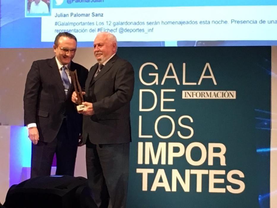 El presidente de EPI, Francisco Javier Moll, entrega el Importante al artista Pepe Azorín