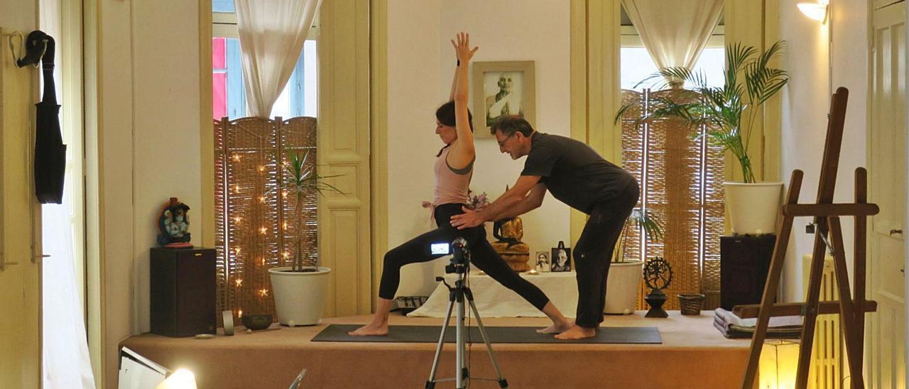 El maestro Tomás Zorzo instruye a Ainhoa Alonso en una clase online | Fotos cedidas a LNE.