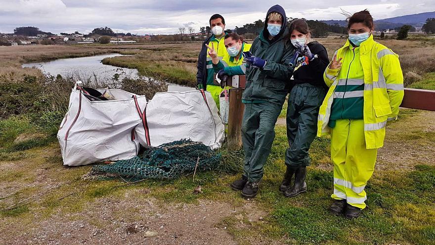 Retirada de residuos en la ruta de cambados que bordea la desembocadura