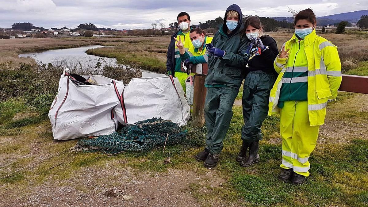 Alumnos del Obradoiro de Emprego limpiaron ayer la desembocadura del Umia.   | // FDV