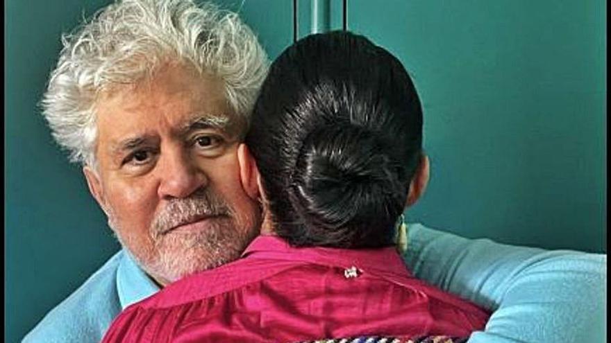 Almodóvar y Rossy de Palma se abrazan en el primer día de rodaje