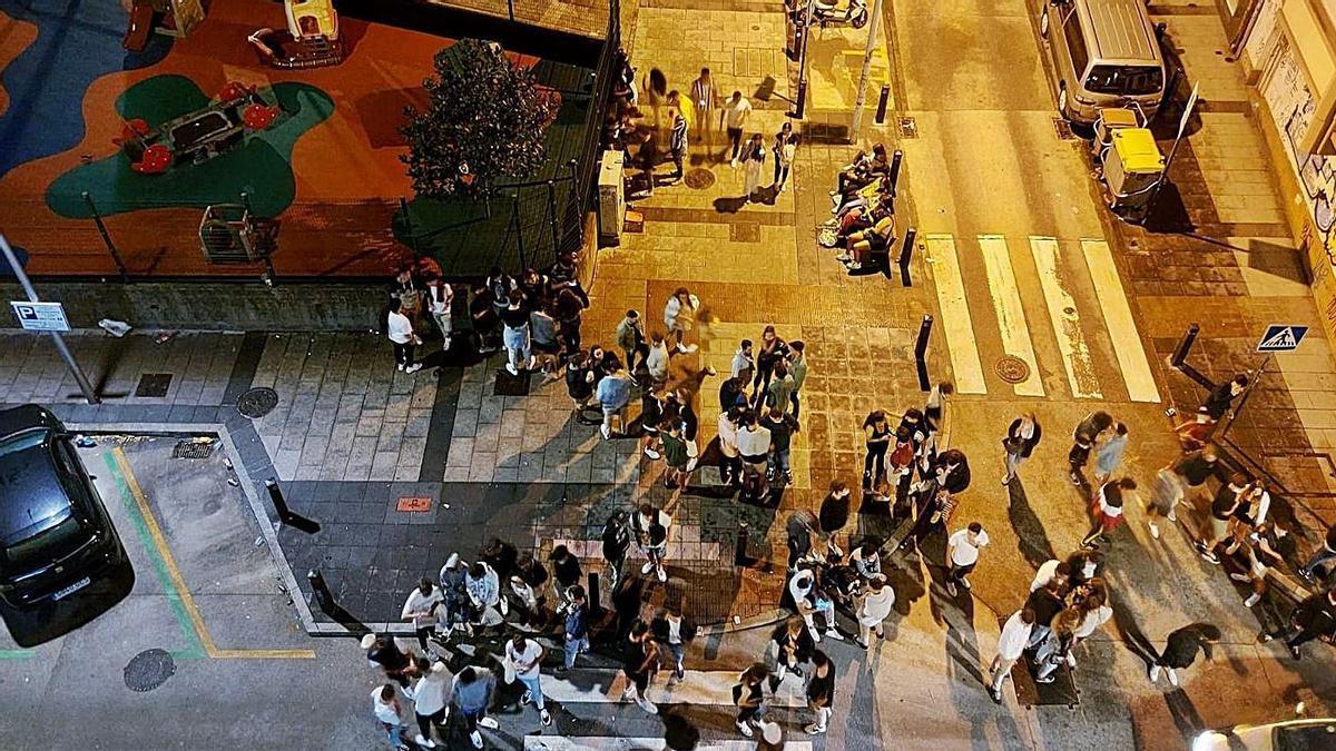 Concentración de jóvenes en el cruce de las calles Sol y Socorro de madrugada esta semana.