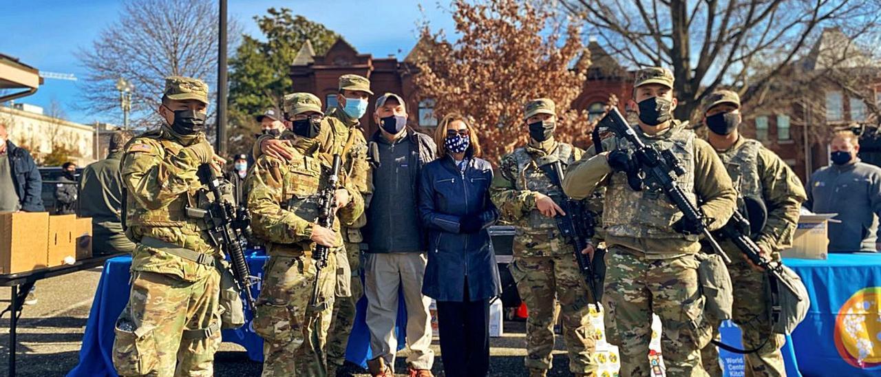 Nancy Pelosi y José Andres, con miembros de la Guardia Nacional, ayer frente al Capitolio.