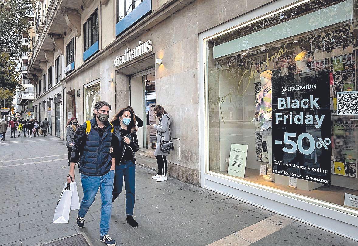 Algunos comercios ofrecen descuentos del 50% para reactivar la venta.