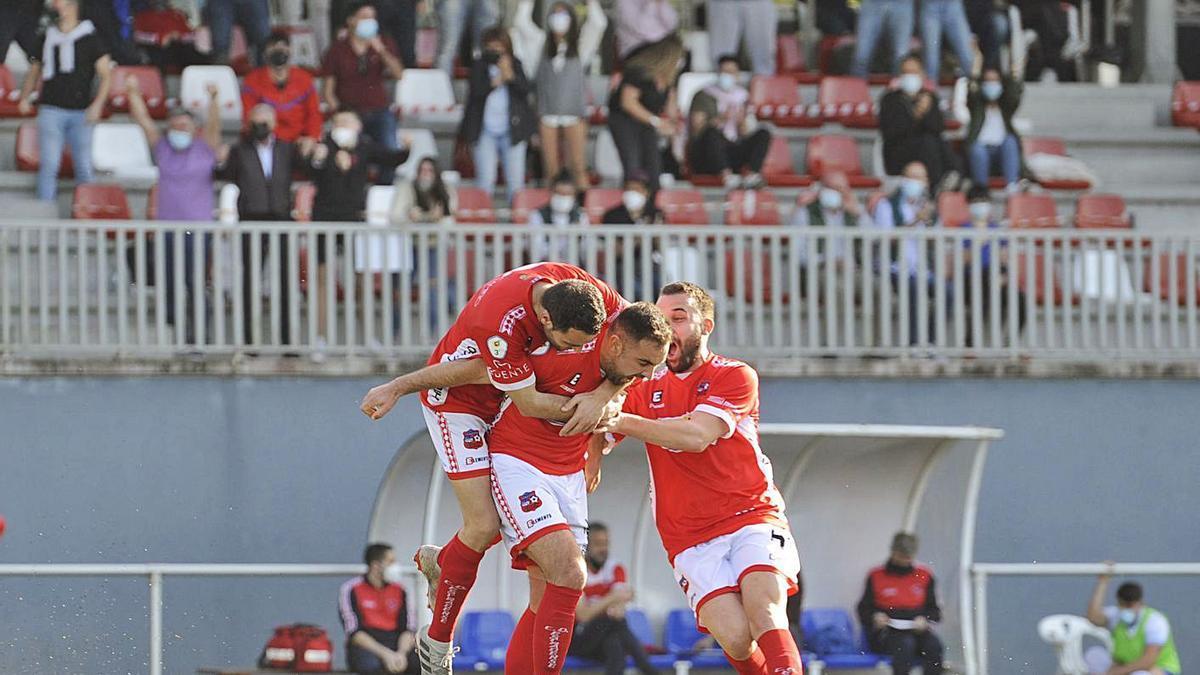 Vicente, Brais Calvo y Carabán celebran el tanto que abrió el marcador. |  // BERNABÉ/JAVIER LALÍN