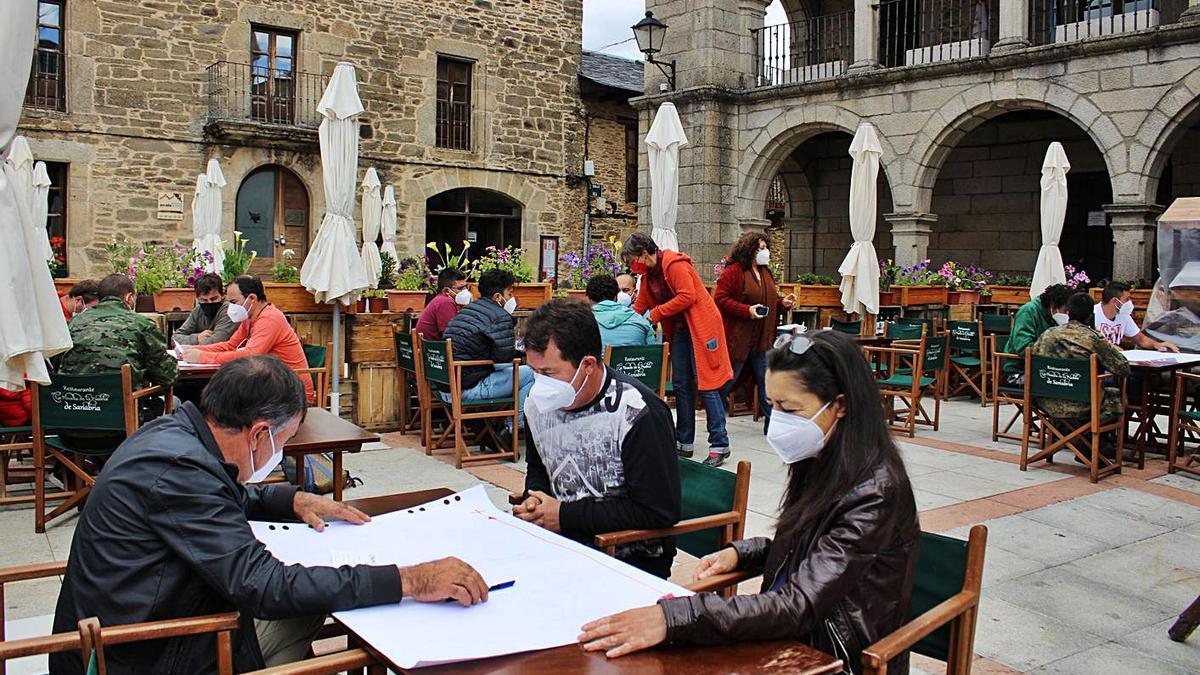 Jornada de trabajo con técnicos del Grupo Campo Grande para la coexistencia del lobo y ganaderos de la comarca, en Puebla de Sanabria.   Araceli Saavedra