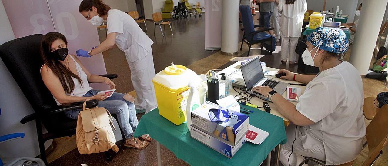 Vacunación ayer en el Centro Cívico del Port de Sagunt. | DANIEL TORTAJADA