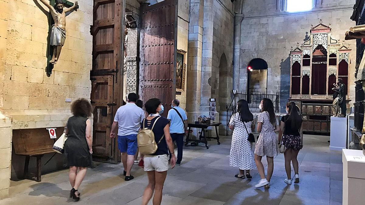 Algunos de los visitantes en el interior de la Colegiata. | I. F.