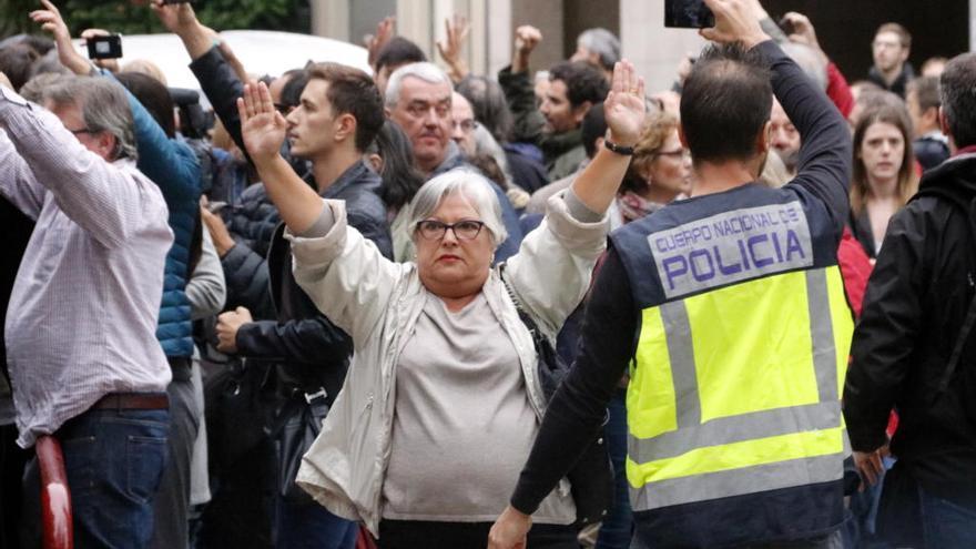 La policia espanyola carrega a diversos col·legis electorals de Girona i deixa diversos ferits