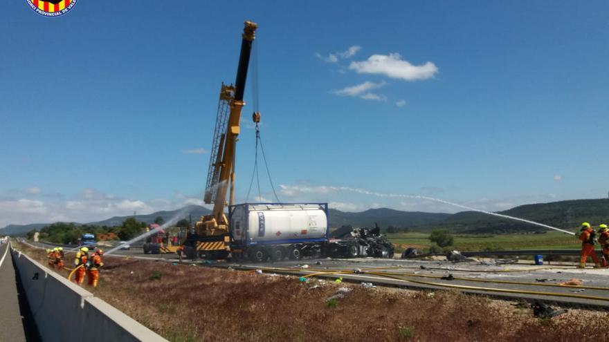 Seis horas de colapso en la A-3 por un accidente de un camión con mercancía peligrosa