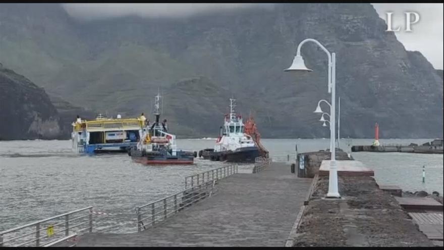 Las remolcadoras no logran desencallar el ferry