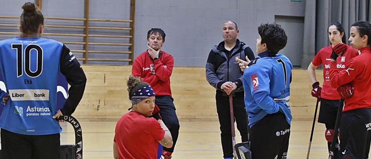 Jugadoras y técnicos del Telecable, durante el entrenamiento de ayer en Mata Jove.  |