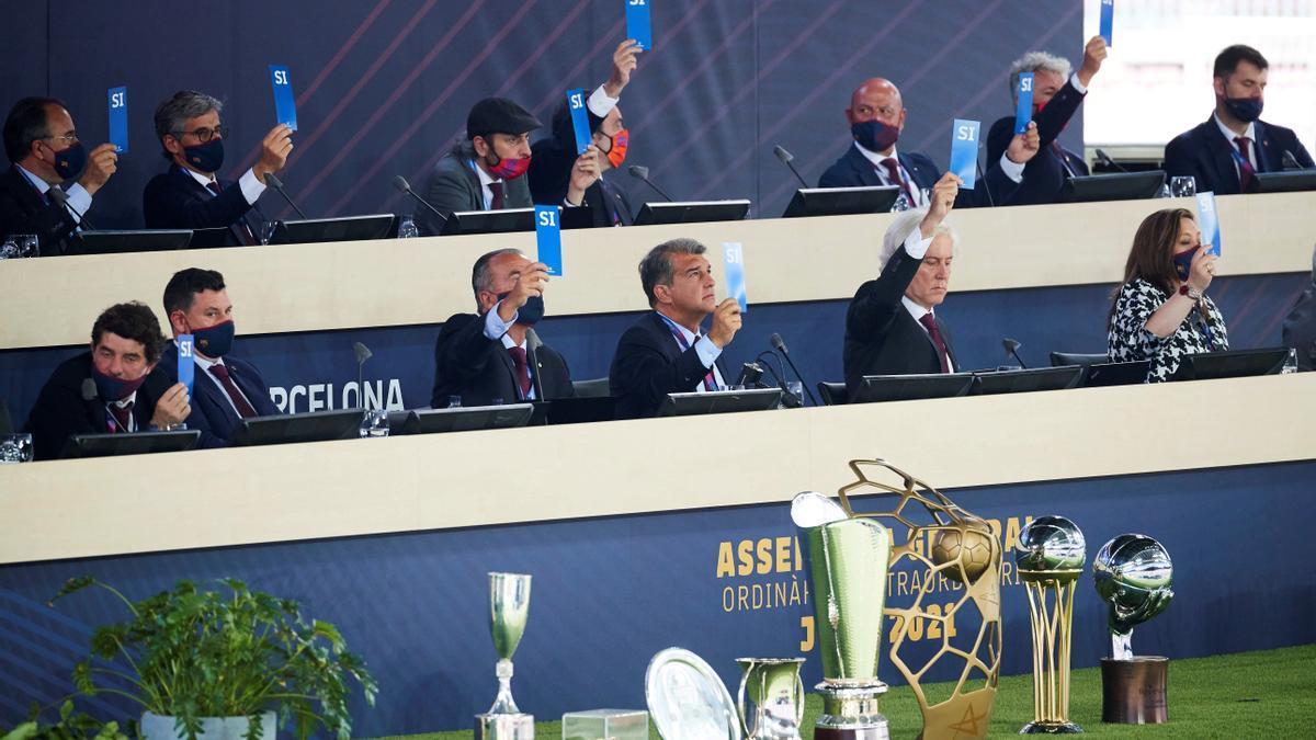 El presidente del FC Barcelona Joan Laporta vota con su junta directiva.