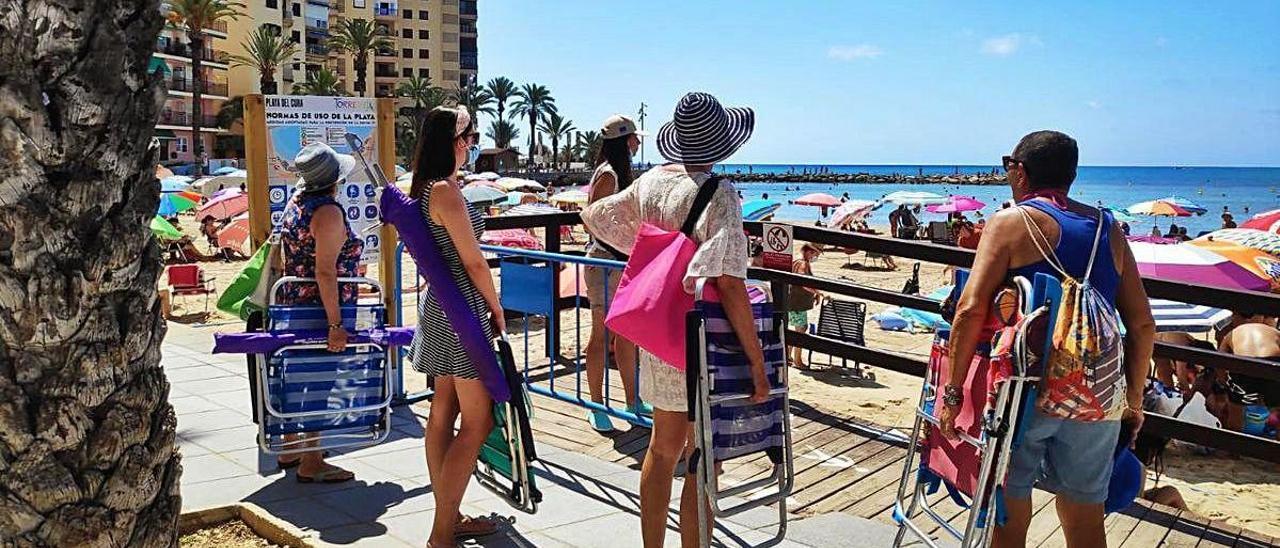 Colas diarias en el acceso a la playa de Cura, sobre todo desde las doce del mediodía. D.PAMIES