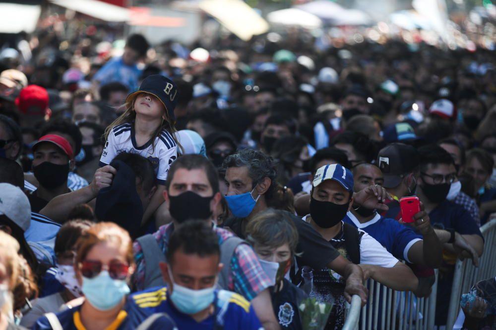Argentina llora a Maradona en un velatorio multitudinario