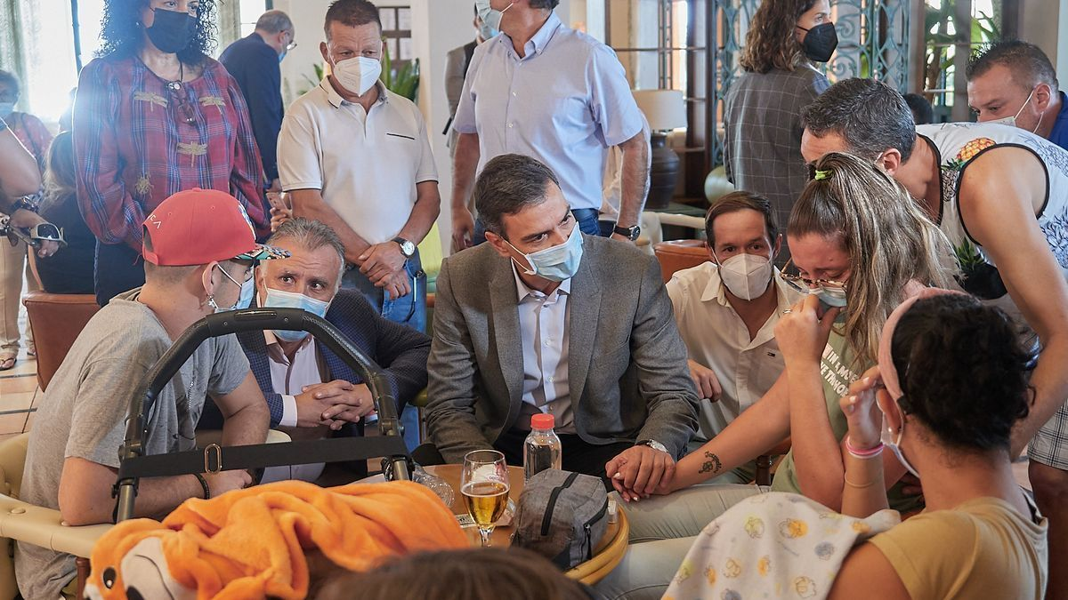 Visit of Sánchez and Torres to those affected by the La Palma volcano.