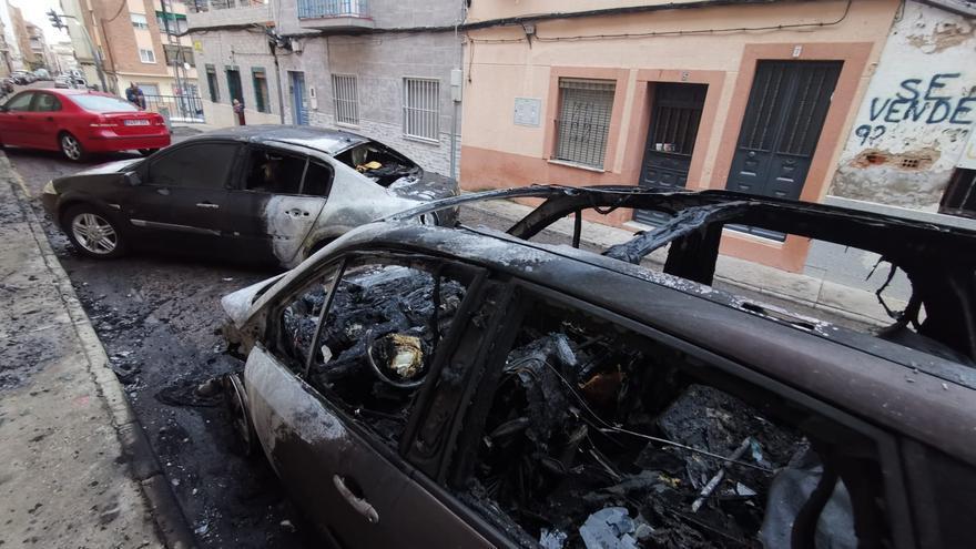 El incendio de dos vehículos causa alarma en la calle La Pimienta de Badajoz